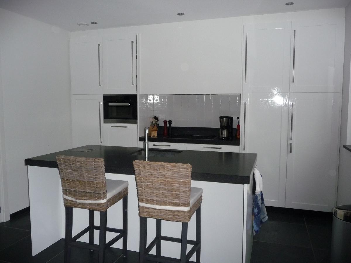 Keuken Met Eiland Bar : Keuken met eiland gemaakt van gefineerd eiken gespoten in ral 9010 het
